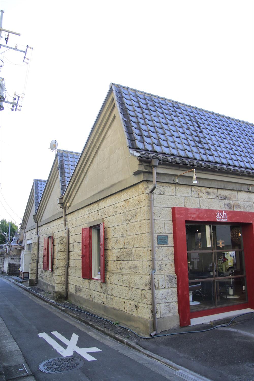 文化財のノコギリ屋根を活用した美容室。