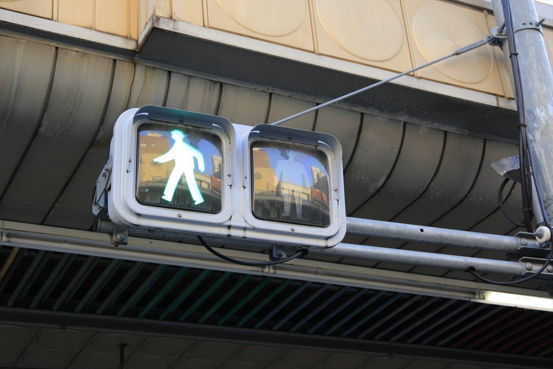 アーケードには横型の歩行者信号機ばかり。