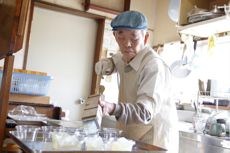 注文が入ると、固めたところ天を道具に入れてにゅっと押し出す店主の神谷茂さん。