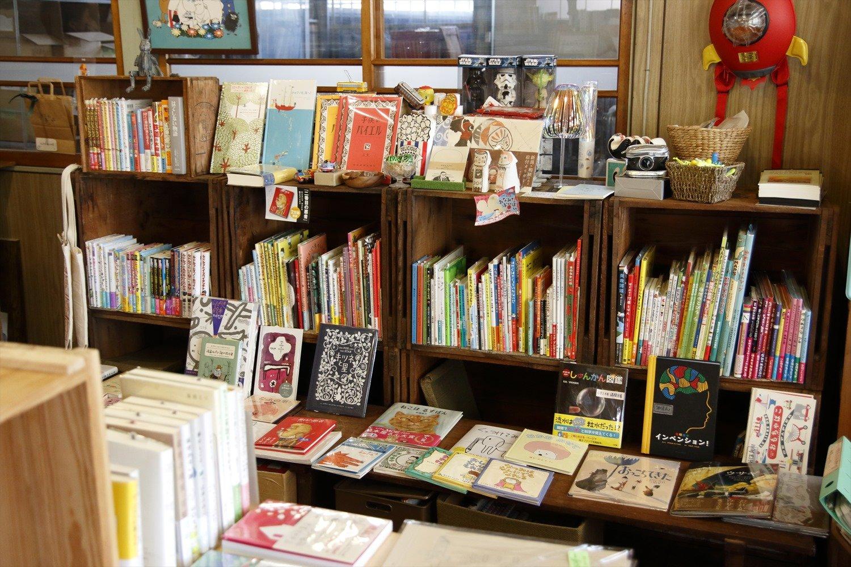 特に充実した絵本・児童書の棚。低い台に並んで子供も見やすい。