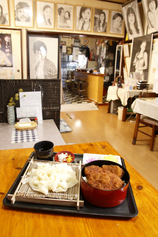 桐生名物のひもかわとソースカツ丼が両方味わえるアリスセット1375円。
