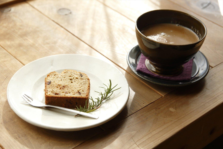 牛乳か豆乳が選べるスパイスチャイ600円(器は渡邉由紀さん作)、パウンドケーキ350円(器は水谷直樹さん作)。
