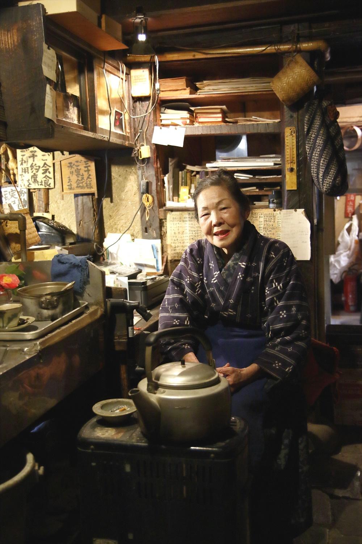 入り口帳場で迎えてくれる粋な和装の小池敏子さんは2代目女将。