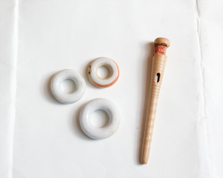 撚糸機の道具のしずわ220円(左)、くだ110円。