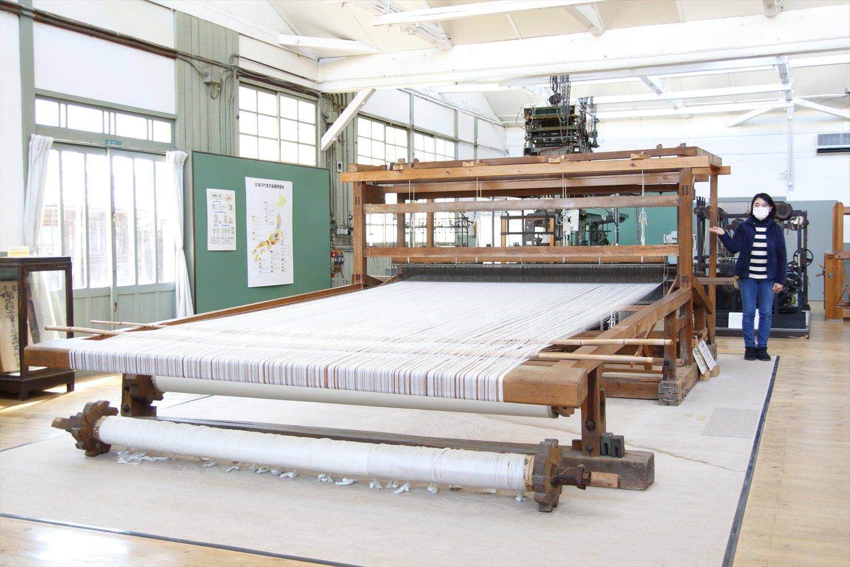 日本一大きい明治時代の高機。3人がかりで輸出用の布が織られた。