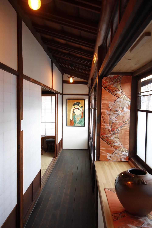 和室が並ぶ宿泊スペースの廊下。