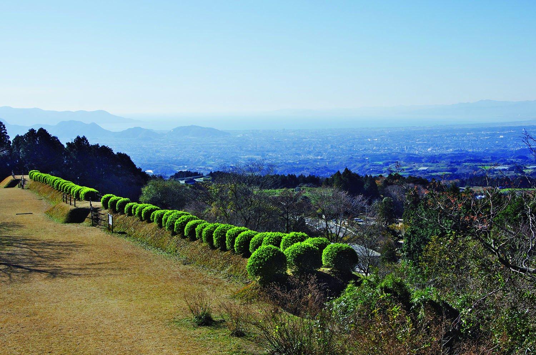 岱崎出丸の一ノ堀近くからの眺望。三島や沼津市街の眺望と駿河湾の風景が広がる素晴らしい眺め。