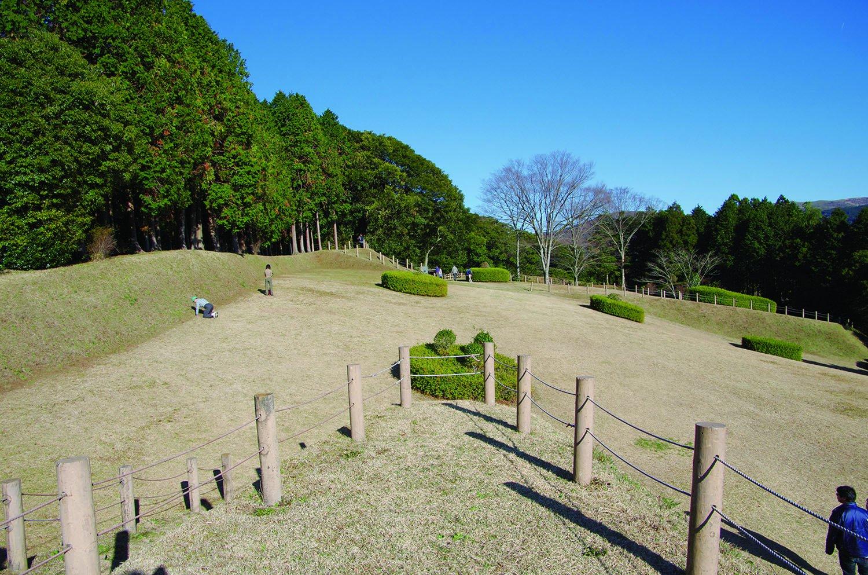 元西櫓から見た山中城では最大規模の二の丸。その奥が本丸になる。