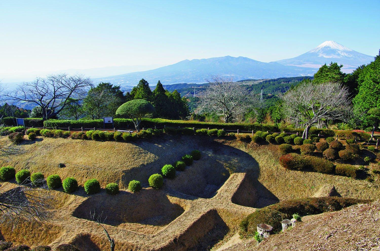 山中城の特徴はこの障子堀。彫り残した畝が障子のように見えることから、こう呼ばれる。