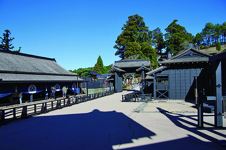 徳川幕府が東海道に設けた箱根関所の江戸後期の姿が復元されている。