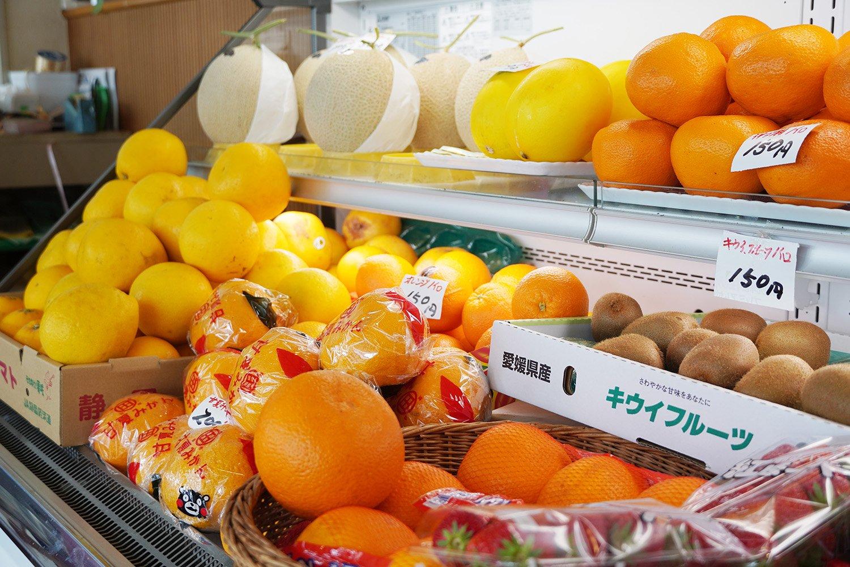 店頭には新鮮なフルーツが並ぶ。