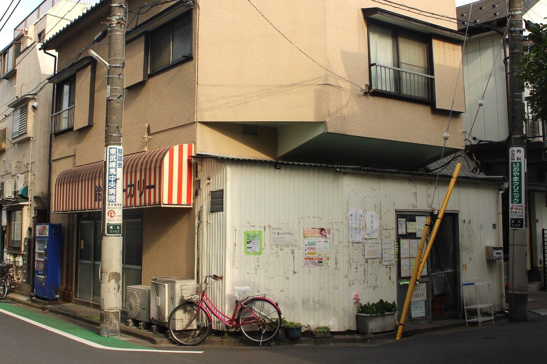 工場の横。普通の出入り口でパンは売られる。