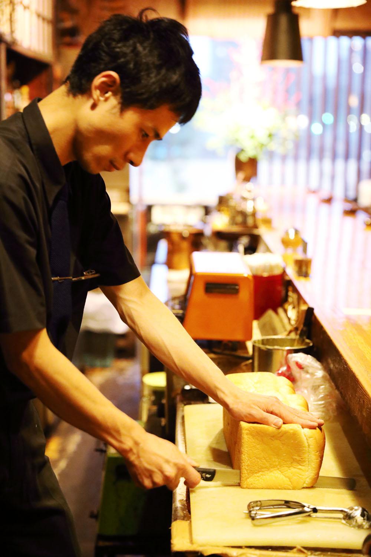 注文を受けてからパンをカットする店長・春日さん。