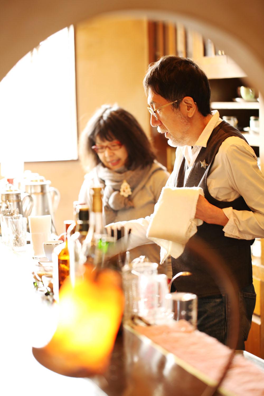 マスターの大塚孝一さんと、週末だけ手伝うフラワーデザイナーの妻みぎわさん。