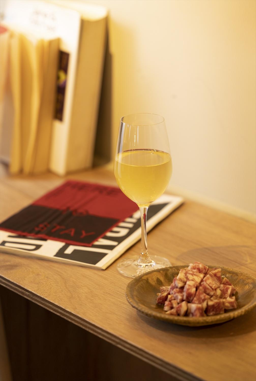 微発泡のシチリア産白ワイン、「Bazza」のサラミはともに1100円。横のZINEには店名の由来が。