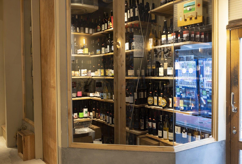 ラベルを眺められるガラス張りのワインセラー。
