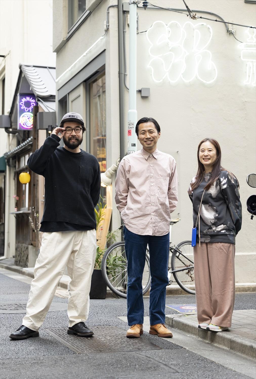 左から、『Human Nature』高橋心一さん、『SR』加藤渉さん、『Omnipollos Tokyo』ブランディングマネージャー 澤本佑子さん。路地に構える3店の前で撮影。