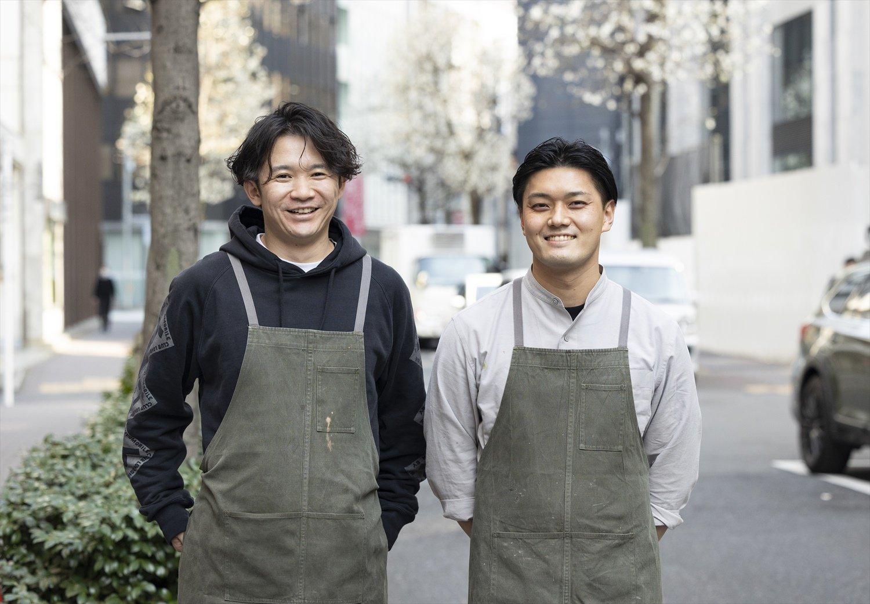 左から『Neki』西恭平さん、『ease』大山恵介さん。大山さんがデザインしたお揃いのエプロンで。