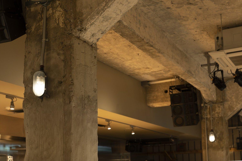 地下に広がる120席のビアホールには、大正の遺構がところどころに。