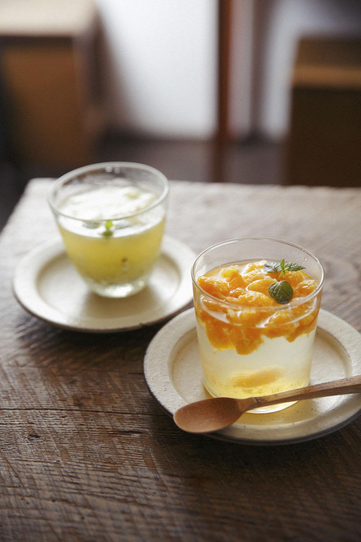 自家製のみかんシロップ、キウイと柚子のシロップをお湯割りで。共に715円。