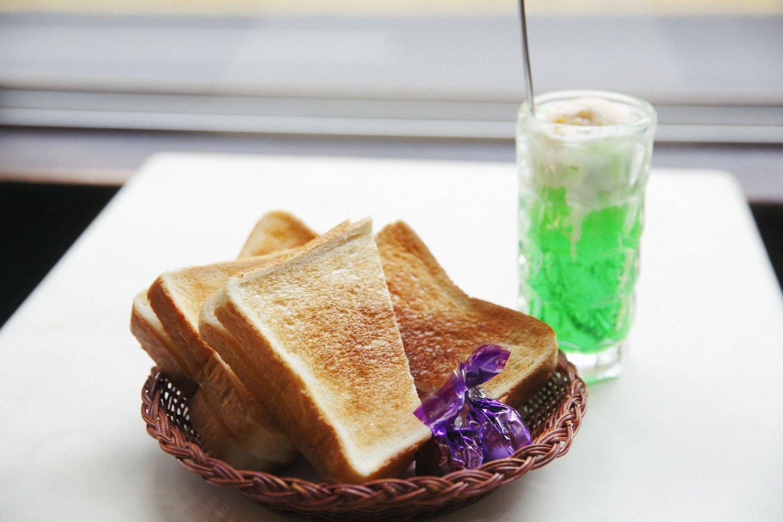 玉子焼きとハムを挟んだトーストサンド580円とクリームソーダ600円。