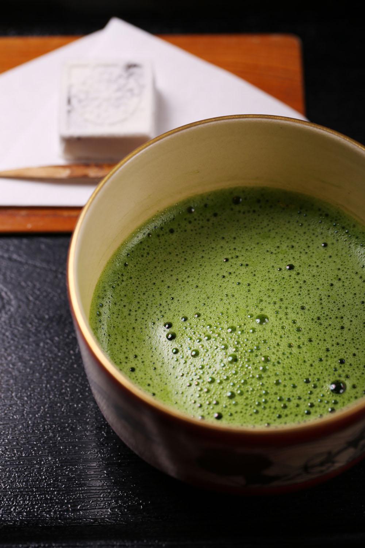 抹茶900円。この日のお茶菓子は京都の老舗『老松』の「御所車」。外国人客が多く、品書は英文も。