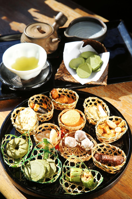 煎茶「純」600円。お茶請けは約12種類から好きなものを選ぶ。人気は抹茶煎餅。