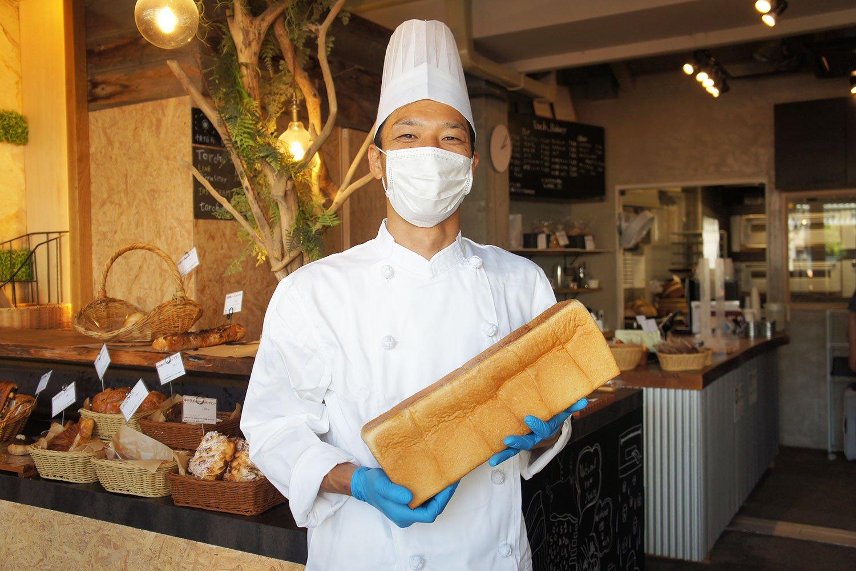 看板メニューは、国産小麦と白神山地酵母をつかった食パンの「松明」。通常より一晩長く熟成させる「湯種製法」により、もっちりとした食感に仕上がる。