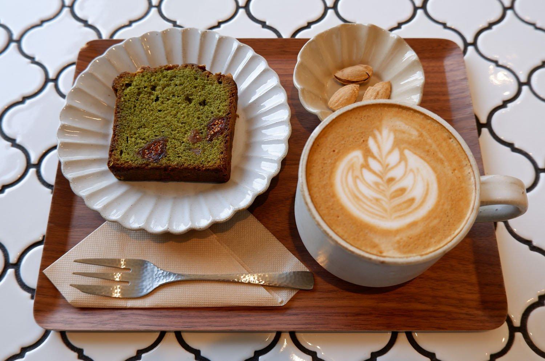 カフェラテ(ホット)550円、濃厚抹茶のケーキ270円。