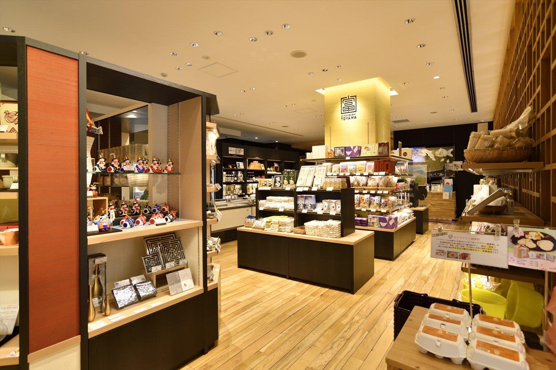 美しい店内には、伝統工芸品も多数並ぶ。