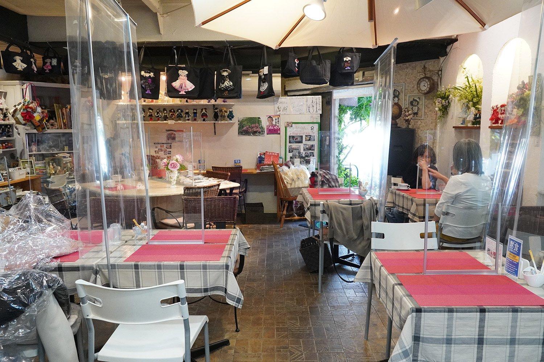 一つのスペースにカフェとショップが融合している。