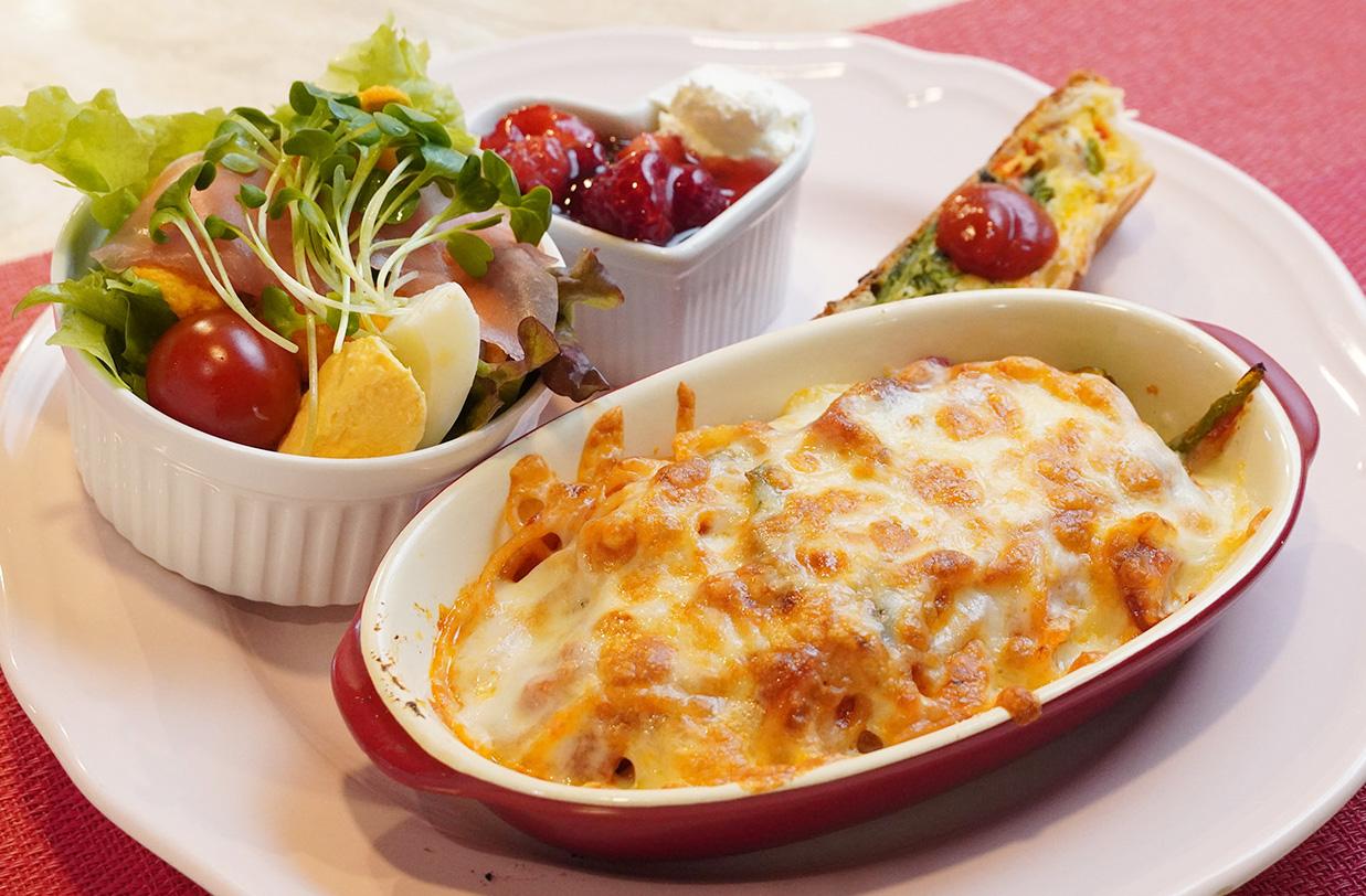 焼きチーズナポリタンハーフ980円。この日はサラダ、キッシュ、ミルクプリンが付いてきた。