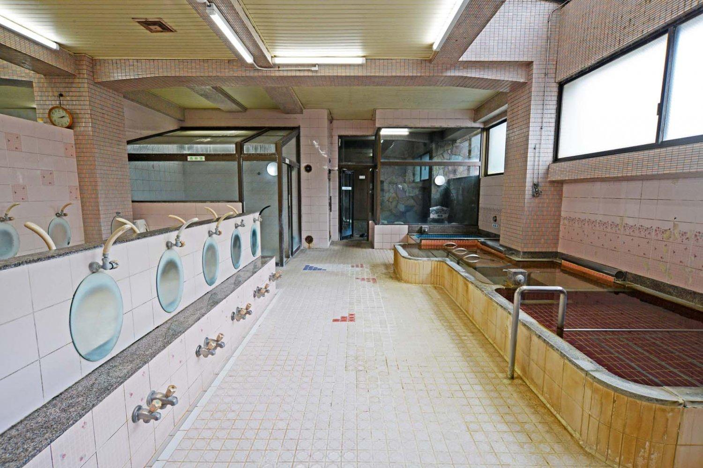洗い場も広く、使いやすい。右奥が半露天エリア、左奥がラドン風呂。写真は女湯(サウナ室は稼働していない)。