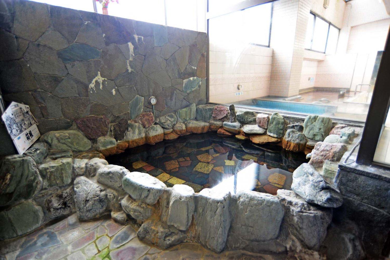 外気が気持ちよいサウナエリアの半露天岩風呂は薬湯になっている。