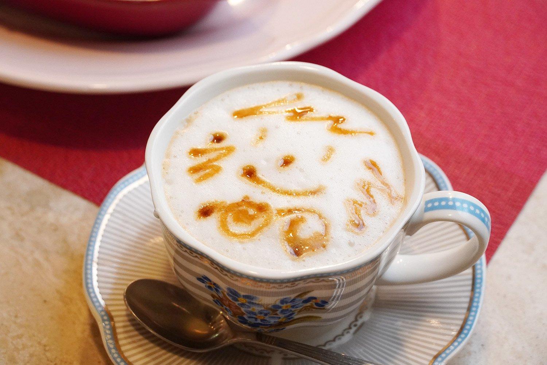 カフェオレ450円。エリーちゃんのイラスト付き。