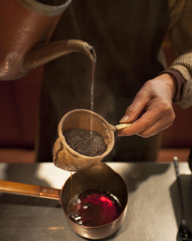 コーヒーは自家焙煎でネルドリップ式。ブレンド5種670円、ストレート720円~、ヴィンテージコーヒー1030円。