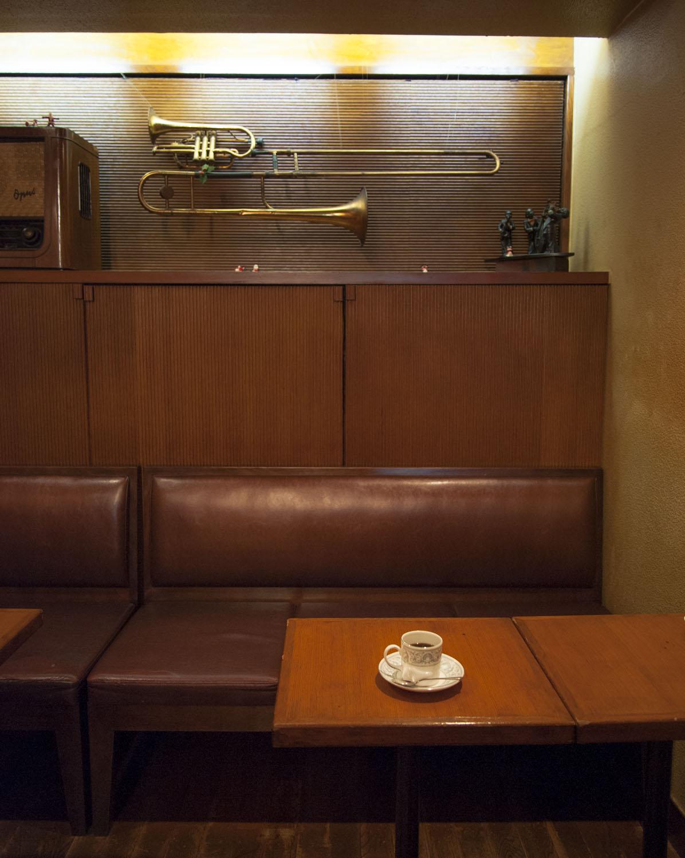 BGMは通なオールドジャズを空管アンプで、あくまでさりげなく。