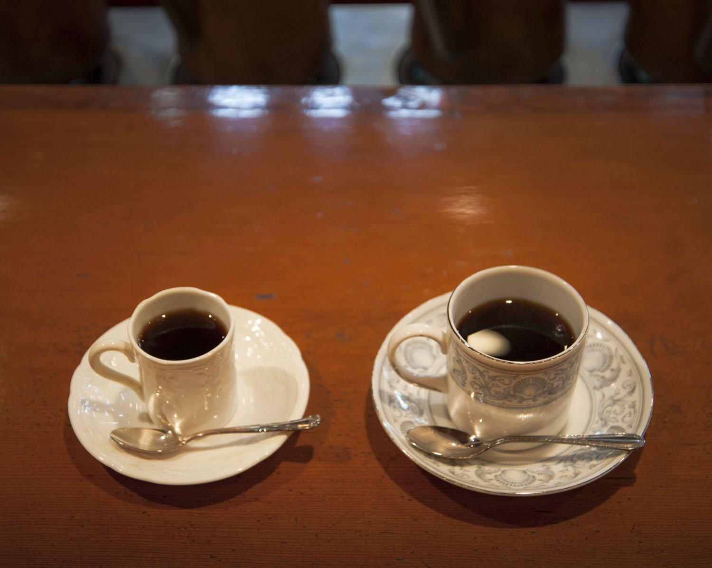 コーヒーは客の希望に合わせ50cc、100cc(左)、120cc(右)のカップで提供。