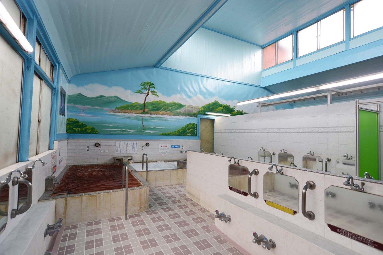 壁には東北の復興を祈るペンキ絵。現在、男湯は奇跡の一本松、女湯は松島の福浦橋が描かれている。