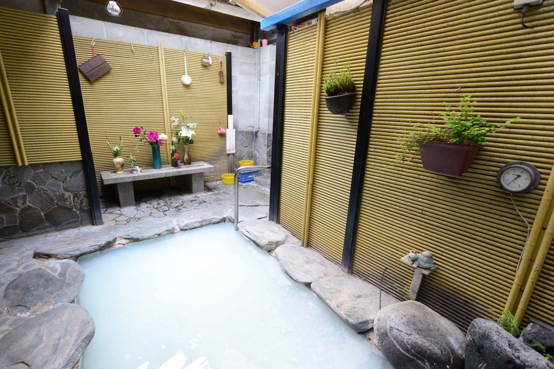 露天風呂には、女将さんが毎日生けるという花が飾られている。