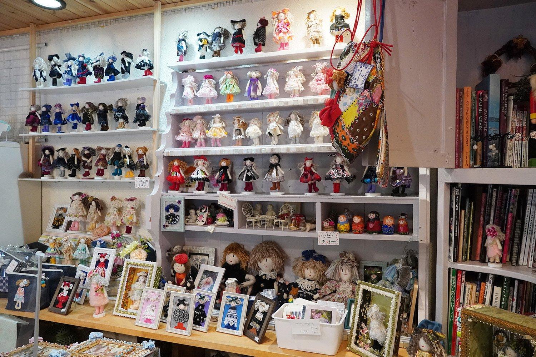 人形だけでなく、雑貨類も豊富。
