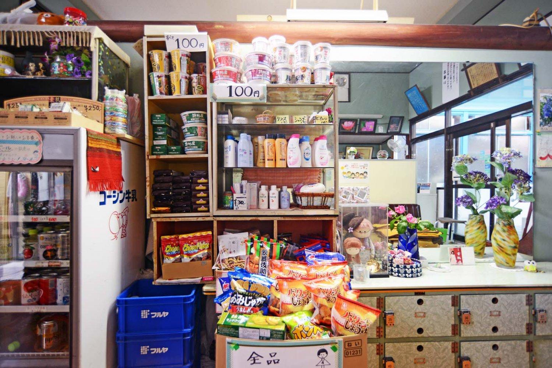 シャンプーや石鹸などとともに菓子やカップ麺も販売されている。もちろん、コーヒー牛乳は定番だ。