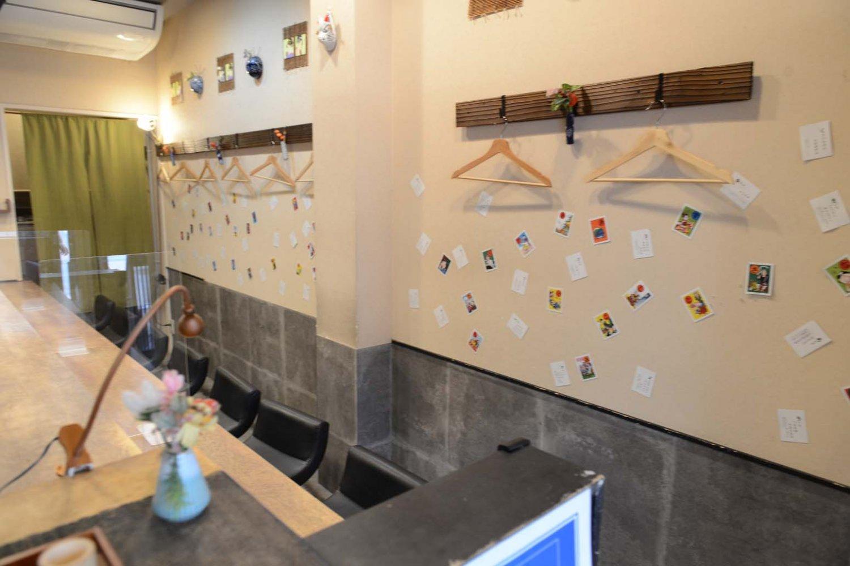 店内の壁にはカルタを貼って遊び心を演出。