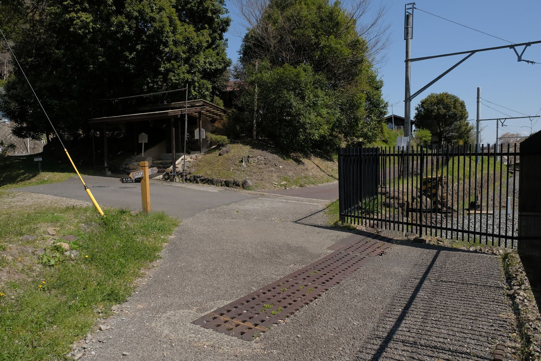 現役時代は踏切だった場所。側溝の蓋にラックレールが活用されている。警報機の機械も残されていた。