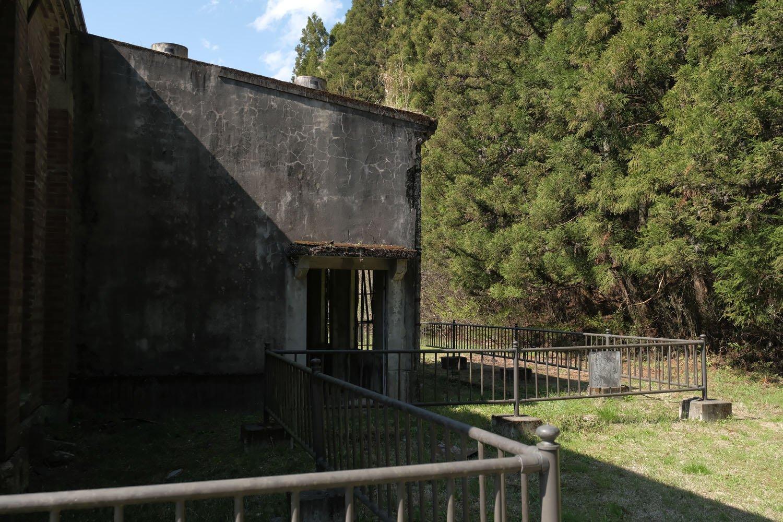 丸山変電所は柵で守られているため中には入れない。裏側へ回ると増設したような部分がある。