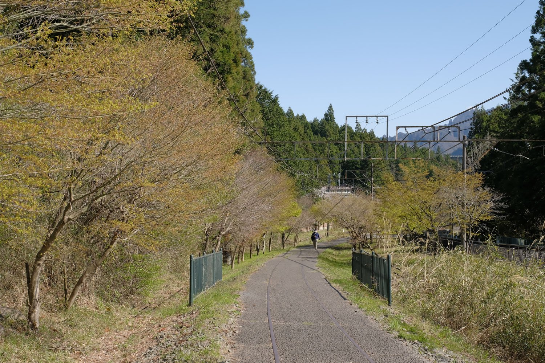 丸山変電所を後にして後ろを振り向くと、ずっと登り坂が続いているのが分かる。歩きやすい道とはいえ、ずっと歩いていると汗ばんで休みたくなってきた。