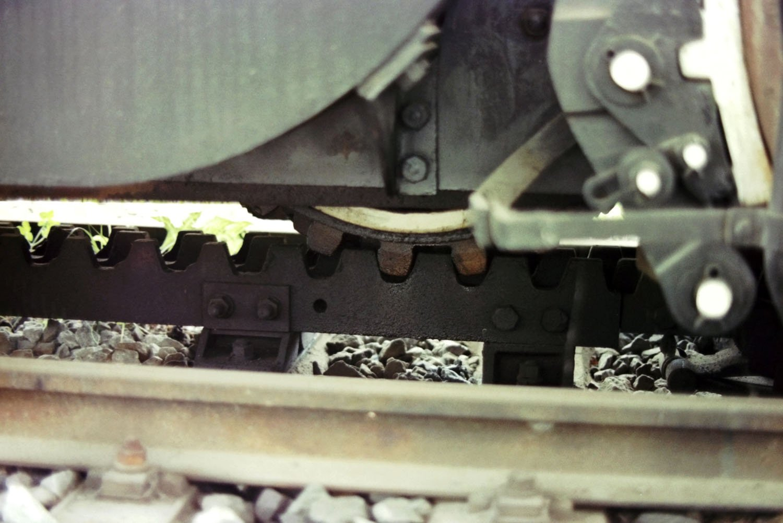 ED42に装備された歯車とラックレールが噛み合った箇所。車輪の下部分に歯車があり、ラックレールと噛み合うことで急坂を滑らずに登り下りできる。
