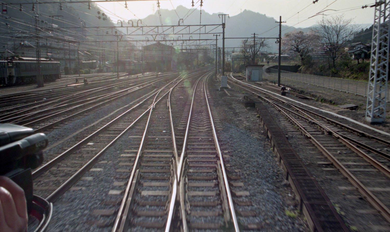 1994年4月17日、イベント列車(旧型客車)後部から撮影した横川駅。上写真と(線路の位置は若干右だが)ほぼ同じアングル。こんなに激変した。