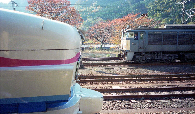 1996年10月17日に自転車を輪行して碓氷峠の撮影に遠征した時の写真。横川駅ホームには立ち食いそばもあった。横川駅にて、特急あさま号(489系白山色)と入れ換え中のEF63。