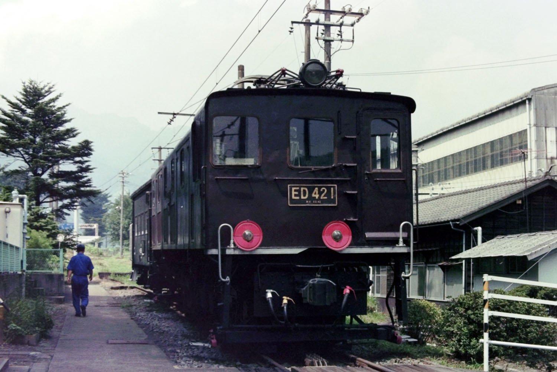 アプト式時代最後の機関車ED42。線路の間に見える筋状のものがラックレール。横川機関区にて。1992年8月23日。現在は「碓氷峠鉄道文化むら」に保存されている。